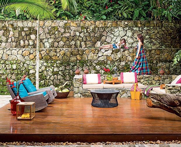 Deque | Integrado ao living, o tablado de madeira funciona como sala de estar a céu aberto. Poltronas Astúrias, de Carlos Motta, forradas com tecido, da Regatta Tecidos (Foto: Edu Castello/Casa e Jardim)