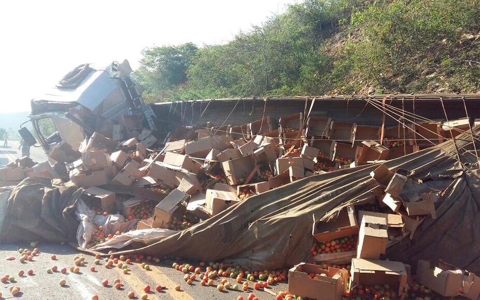 Carreta envolvida no acidente estava carregada de tomates (Foto: PRF/ Divulgação)