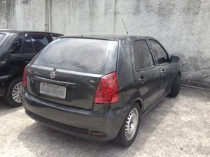 Carro usado pelos criminosos foi abandonado na Rodovia Amaral Peixoto (Foto: Alba Valéria Mendonça/G1)