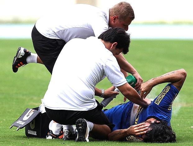 Loco Abreu leva pancada no treino do Botafogo (Foto: Fábio Castro / Agif)