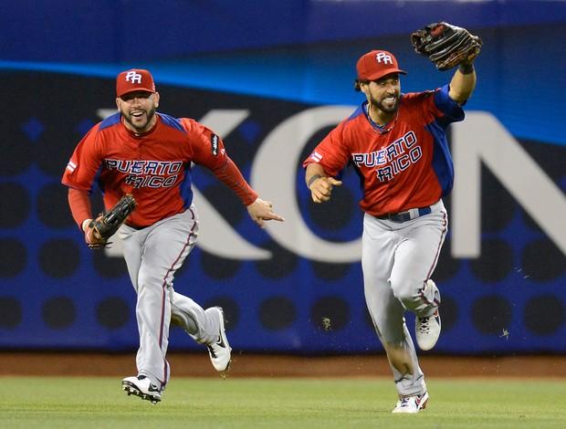 Jogadores de Porto Rico comemoram vitória surpreendente sobre o Japão na World Baseball Classic Mundial de beisebol (Foto: Thearon W. Henderson/Getty Images North America/AFP)