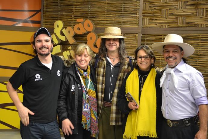 Equipe Galpão Crioulo com Renato Borghetti (Foto: Divulgação/RBS TV)