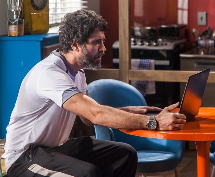 Gael descobre que Lobão vigiava sua casa (Foto: Artur Meninea/Gshow)