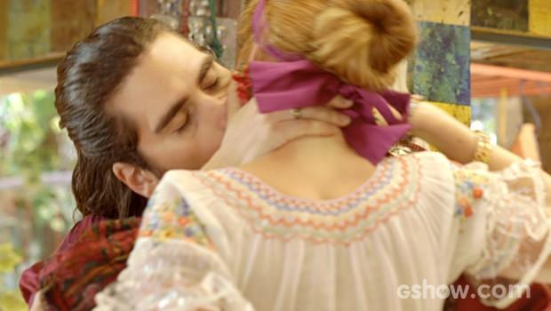 Finalmente! O rapaz tasca o maior beijão na amada (Foto: Meu Pedacinho de Chão/TV Globo)