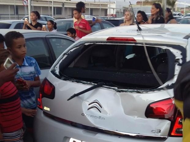 Veículo ficou amassado após pouso mal sucedido do papai noel paraquedista  (Foto: Utamar Gonçalves )