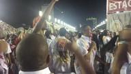 Integrantes da Estácio de Sá comemoram o fim do desfile
