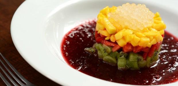 Tartare de frutas com calda de frutas vermelhas: receita fácil para o verão (Foto: Divulgação)