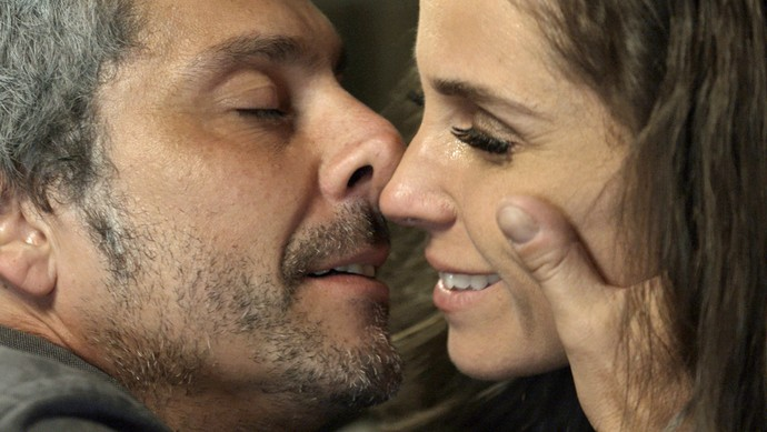 Romero em momento quente com Atena (Foto: TV Globo)