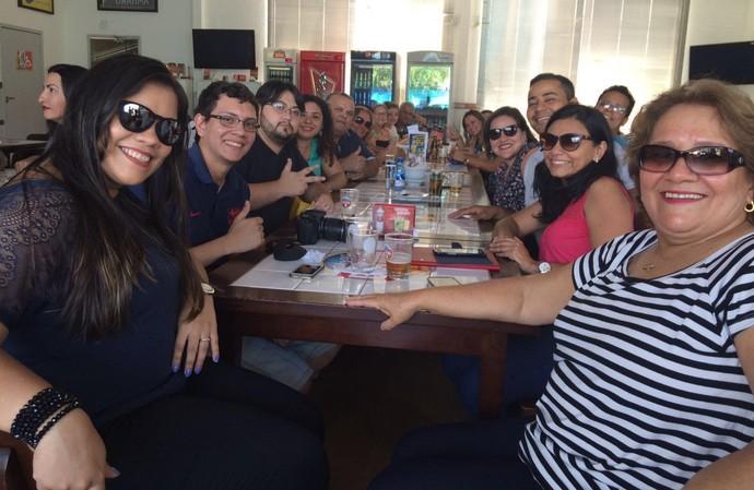 Familiares e amigos dos candidatos se reuniram em um bar da cidade para torcer (Foto: Katiúscia Monteiro/ Rede Amazônica)