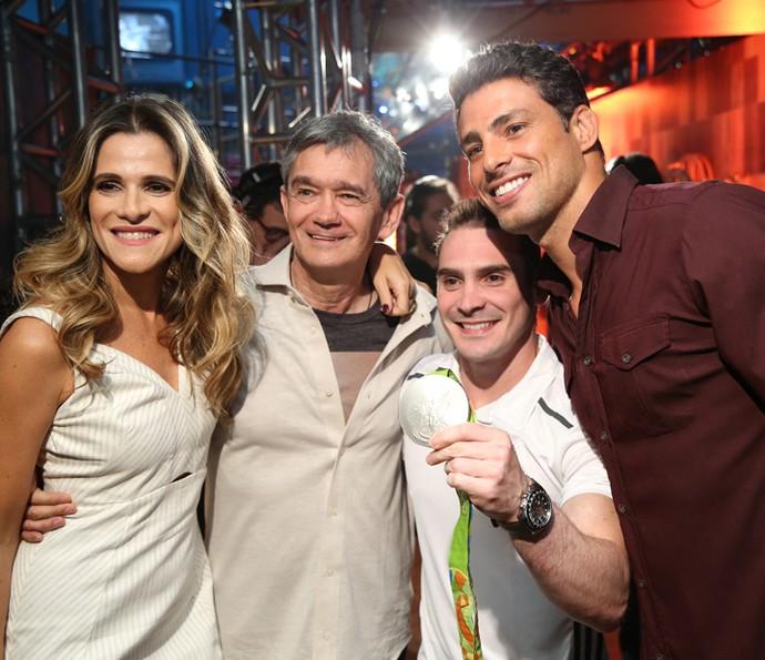 Serginho recebe Ingrid Guimarães, Arthur Zanetti e Cauã Reymond (Foto: Carol Caminha/Gshow)