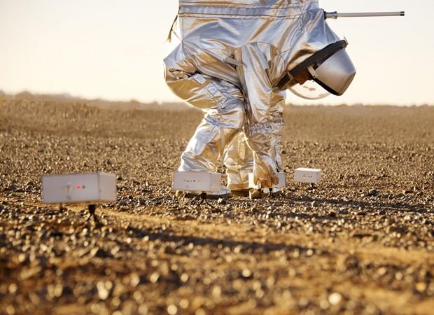 Cientista monta instrumento no solo, no Deserto do Saara, durante simulação (Foto: Katja Zanella-Kux/Reuters)