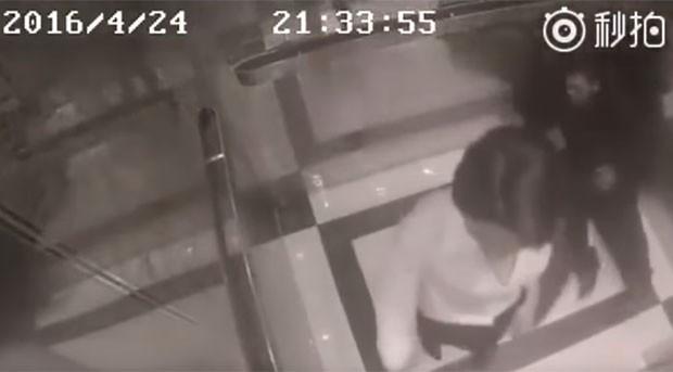 Homem ficou caído no chão do elevador após série de golpes de Du Qiao (Foto: Reprodução/Youtube/PlayWithFire)