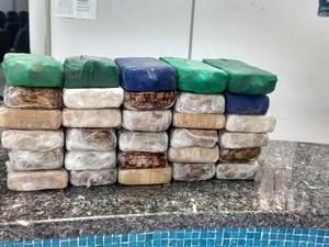 Tijolos de pasta base de cocaína foram encontrados em veículo com placas de Iturama (Foto: Divulgação/Polícia Rodoviária)