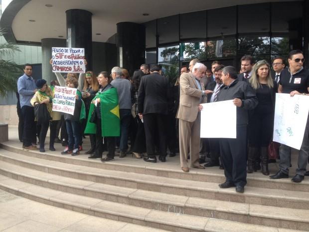 Juízes federais e estaduais, promotores, procuradores e delegados participaram da mobilização na tarde desta quinta-feira (28) (Foto: Marcelo Rocha / RPC)