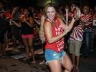 De visual novo, Viviane Araújo cai no samba em ensaio de rua