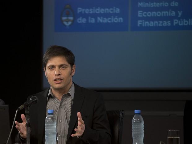 O ministro argentino Axel Kicillof fala sobre o default a jornalistas em Buenos Aires nesta quinta (31) (Foto: Eduardo Di Baia/AP)