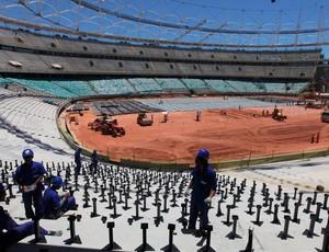 Funcionários trabalham na instalação das cadeiras na arena baiana (Foto: Adenilson Nunes/Secom)