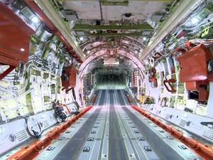 O maior avião militar fabricado no Brasil, o KC-390, em Gavião Peixoto (Foto: Rodrigo Sargaço/ EPTV)