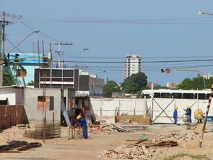 Poucos trabalhadores atuam no canteiro de obras do T2 (Foto: Adneison Severiano/G1 AM)