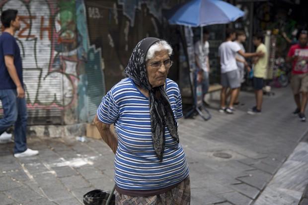 Idosa anda pelo centro de Atenas em agosto; país ficou em 79º no ranking dos melhores países para os idosos viverem (Foto: AP Photo/Petros Giannakouris)
