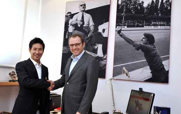 Kamui Kobayashi com Stefano Domenicali na fábrica da Ferrari em Maranello (Foto: Divulgação)