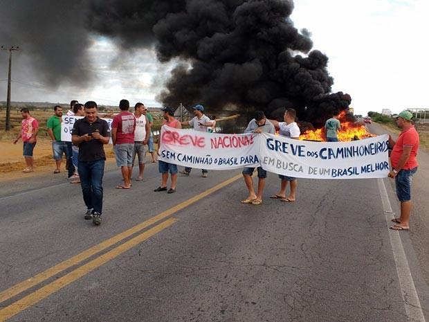 Protesto de caminhoneiros fecha BR-407, em Capim Grosso (Foto: Gilmárison Silva Santos/Arquivo pessoal)