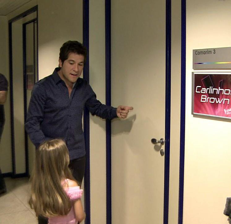 Daniel e Lara antes de entrar no camarim para entregar lembrança (Foto: The Voice Brasil/Gshow)