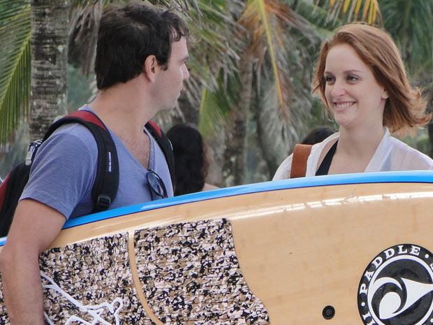 Priscila fica toda animadinha ao encontrar Kleber na praia (Foto: Amor Eterno Amor / TV Globo)