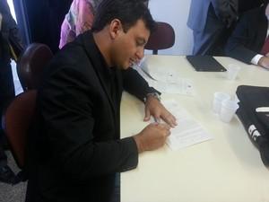 Erico Rossi, diretor executivo da Icomi durante assinatura de acordo judicial (Foto: Divulgação/Icomi S.A)