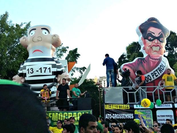Bonecos infláveis do ex-presidente Lula e da presidente Dilma fizeram parte de ato em Cuiabá (Foto: Lislaine dos Anjos/ G1)