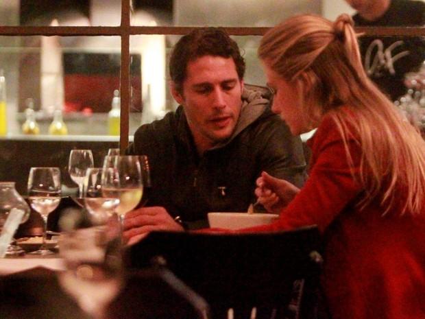 Fiorella Mattheis e Flávio Canto em restaurante no Rio (Foto: Gabriel Rangel/ Ag. News)