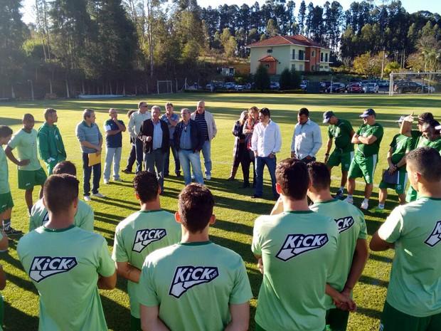 Em meio à polêmica, jogadores e comissão técnica da Caldense se reuniram no CT Ninho dos Periquitos, em Poços de Caldas (MG). (Foto: Divulgação Caldense)