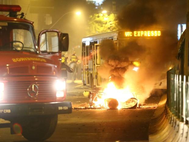Manifestantes que participavam do protesto em Porto Alegre contra o aumento do preço da passagem na noite desta segunda-feira (17) colocaram fogo em um ônibus na Avenida João Pessoa (Foto:  Jefferson Botega/Agência RBS)
