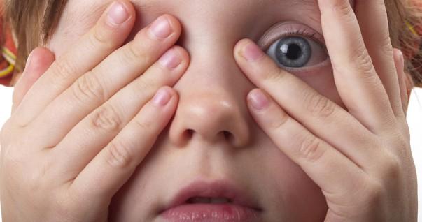 Menina com medo escondendo os olhos (Foto: Shutterstock)