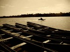 Internauta registra canoas 'estacionadas' à beira de rio no AC