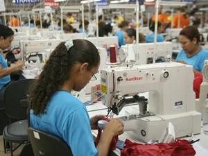 Costureiras trabalham em fábrica de confecção (Foto: Divulgação/FIEMS)