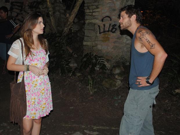 Moisés chega e pergunta por que Cristal ainda não deu o fora (Foto: Malhação / Tv Globo)