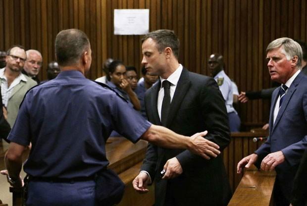 Oscar Pistorius é levado para uma cela após ser condenado a cinco anos de prisão nesta terça-feira (21) (Foto: Themba Hadebe/Reuters)