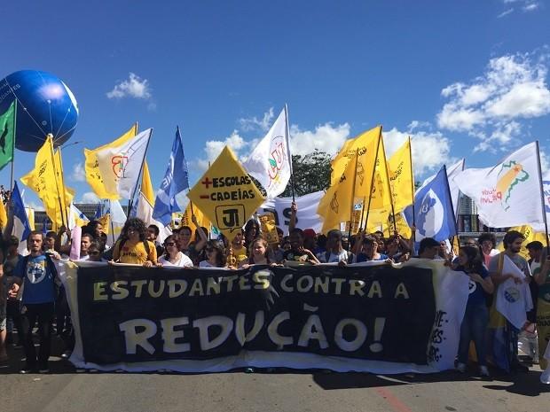 Com faixa, estudantes ocupam faixas da Esplanada dos Ministérios em ato contra a redução da maioridade penal (Foto: Luciana Amaral/G1)