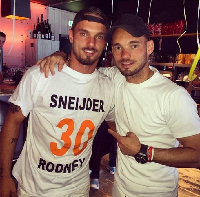 Rodney posa com o irmão Wesley Sneijder e deseja boa sorte na Copa (Foto: Reprodução)