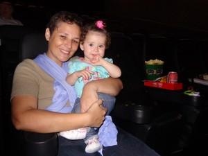 Rosana leva a filha Nina ao CineMaterna (Foto: Paula Menezes/G1)