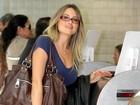 Ellen Roche circula de óculos em aeroporto carioca