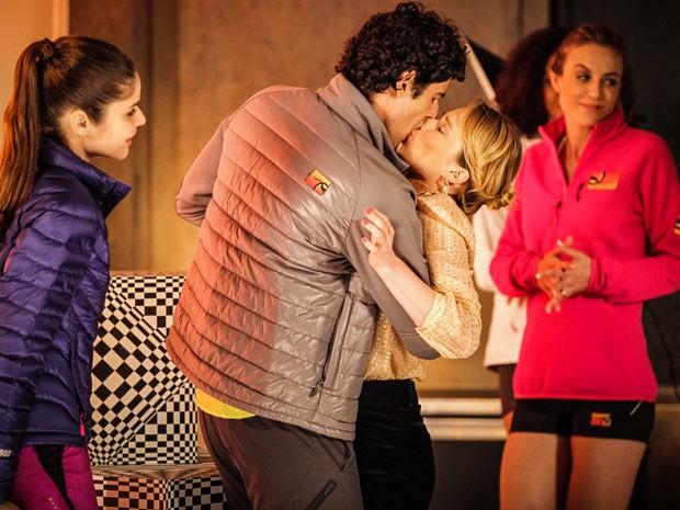 Nando agarra Juliana ao invés de beijar modelo (Foto: Guerra dos Sexos / TV Globo)