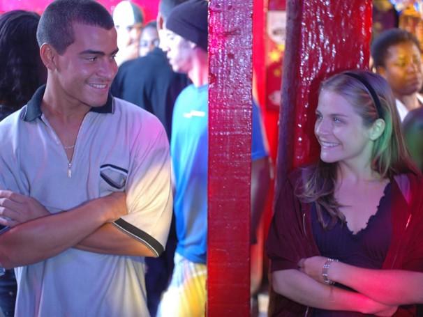 O filme conta a história de amor de Dé, que mora na favela, e Nina, uma menina rica de Ipanema (Foto: Divulgação / Reprodução)