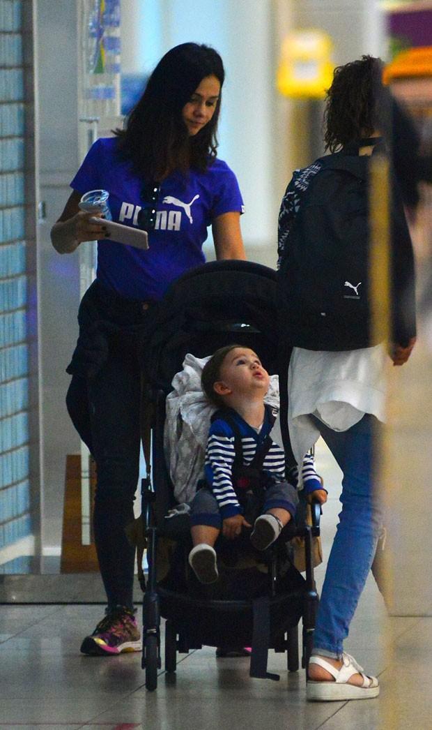 Suzana chega ao aeroporto no Rio com Benjamin (Foto: AgNews / William Oda)