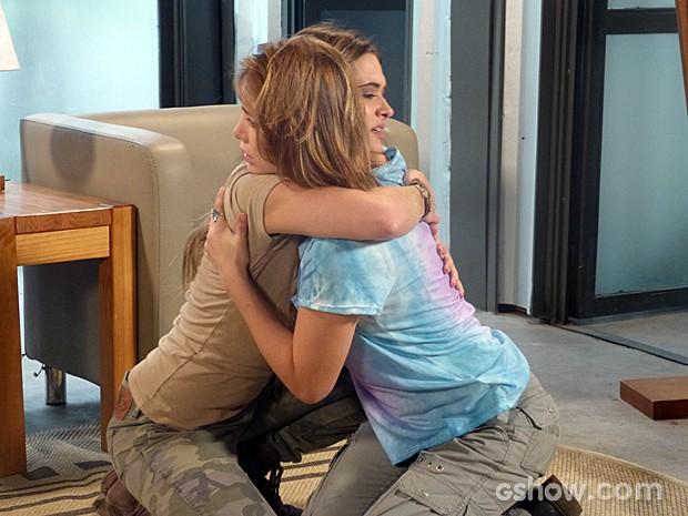 Lili e Vitória comemoram que efeito da máquina passou (Foto: Além do Horizonte/TV Globo)