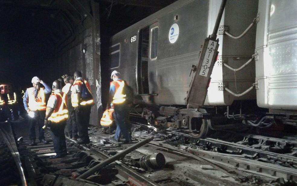 Foto cedida pelo Sindicato dos Trabalhadores de Transporte mostra funcionários da Companhia de Transporte Metropolitano de NY no local onde um trem de metrô descarrilou na terça (27) (Foto: Transport Workers Union, Local 100 via AP)