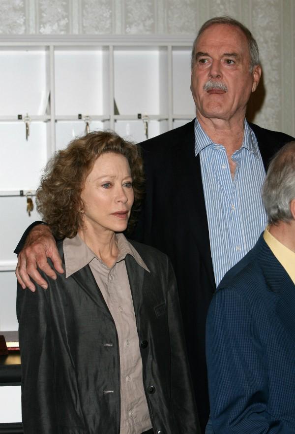 O ator John Cleese com uma de suas ex (Foto: Getty Images)