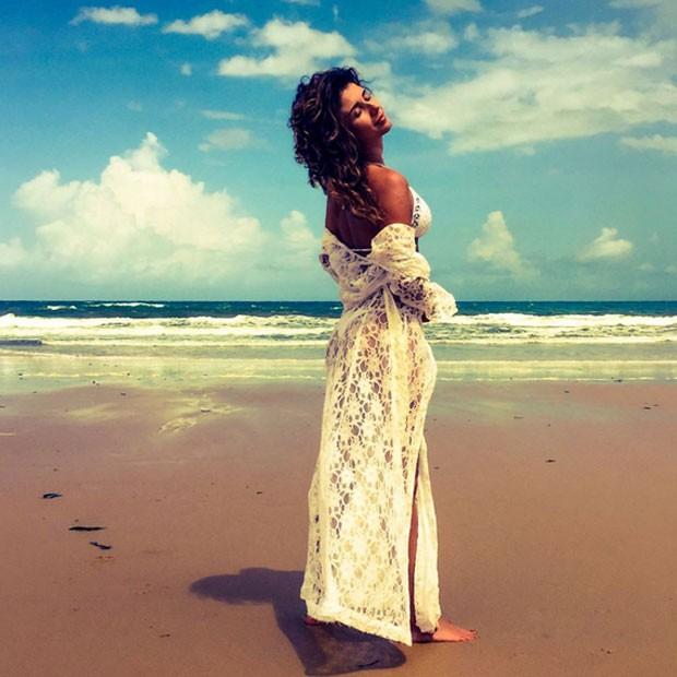 Paula Fernandes posa sem maquiagem em praia (Foto: Instagram/ Reprodução)