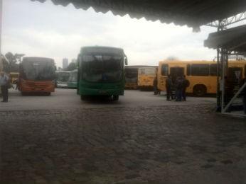 Ônibus foram impedidos de sair das garagens nesta sexta-feira, segundo o Sindimoc  (Foto: Bibiana Dionísio/ G1)